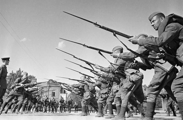 Бойцы Красной Армии готовтся к отражению агрессии