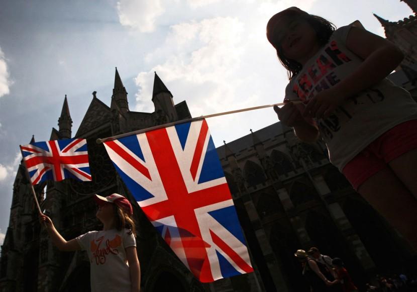 Дети с флагом Великобритании